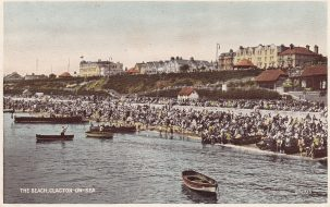 Full crowd on Clacton beach watching rowing boats | Sourced by Roger Kennell, Clacton & Local District History Society